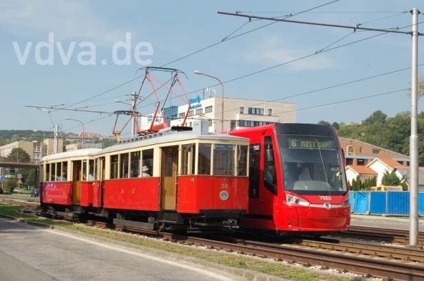 Historischer Zug wird von modernem Skoda überholt
